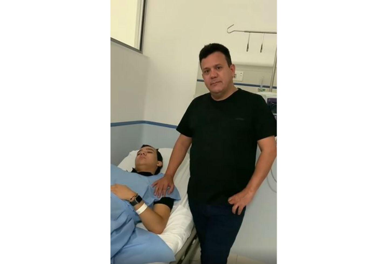 Hijo de Carlos Bloom herido en accidente