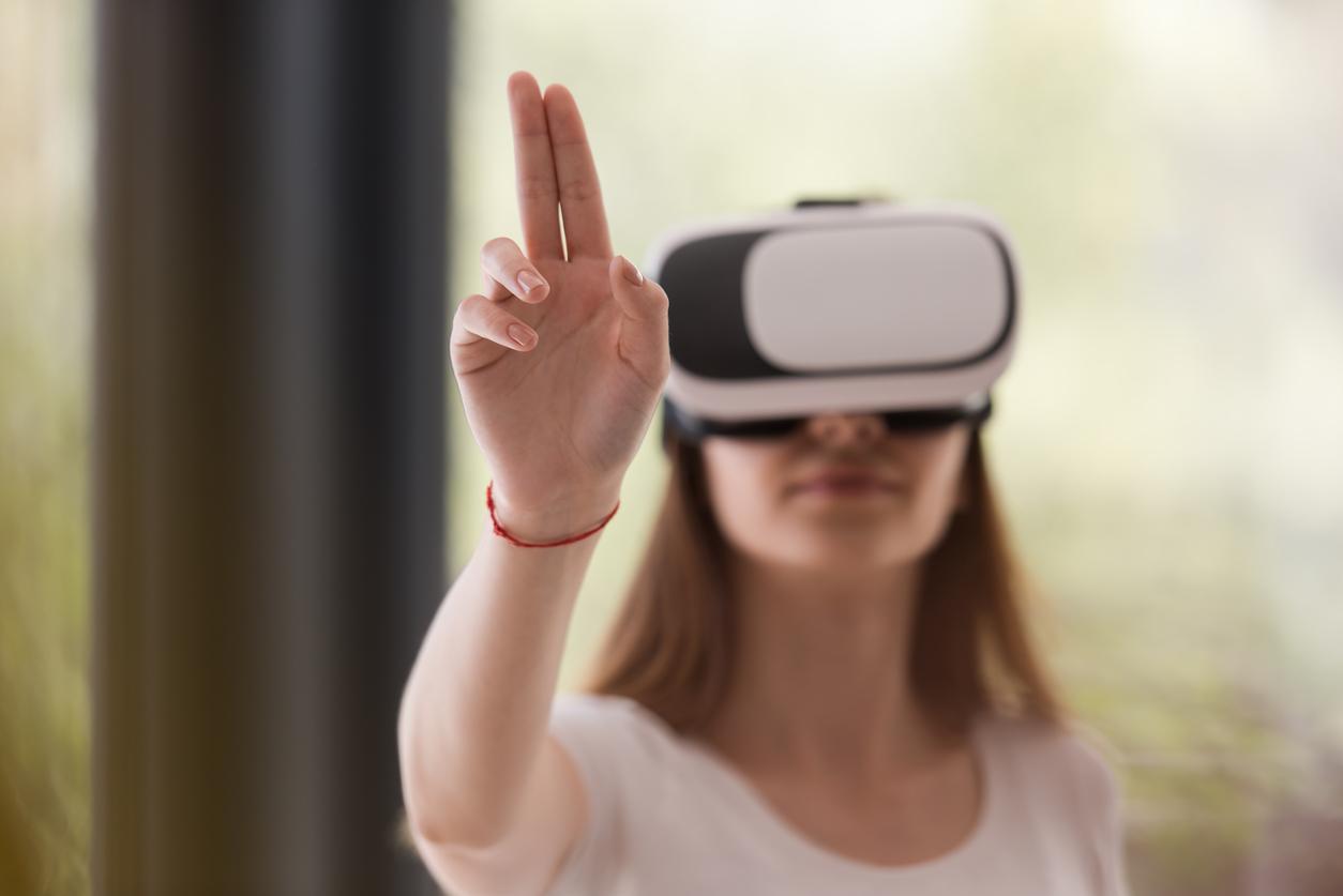 Mujer jugando videojuegos - Realidad virtual