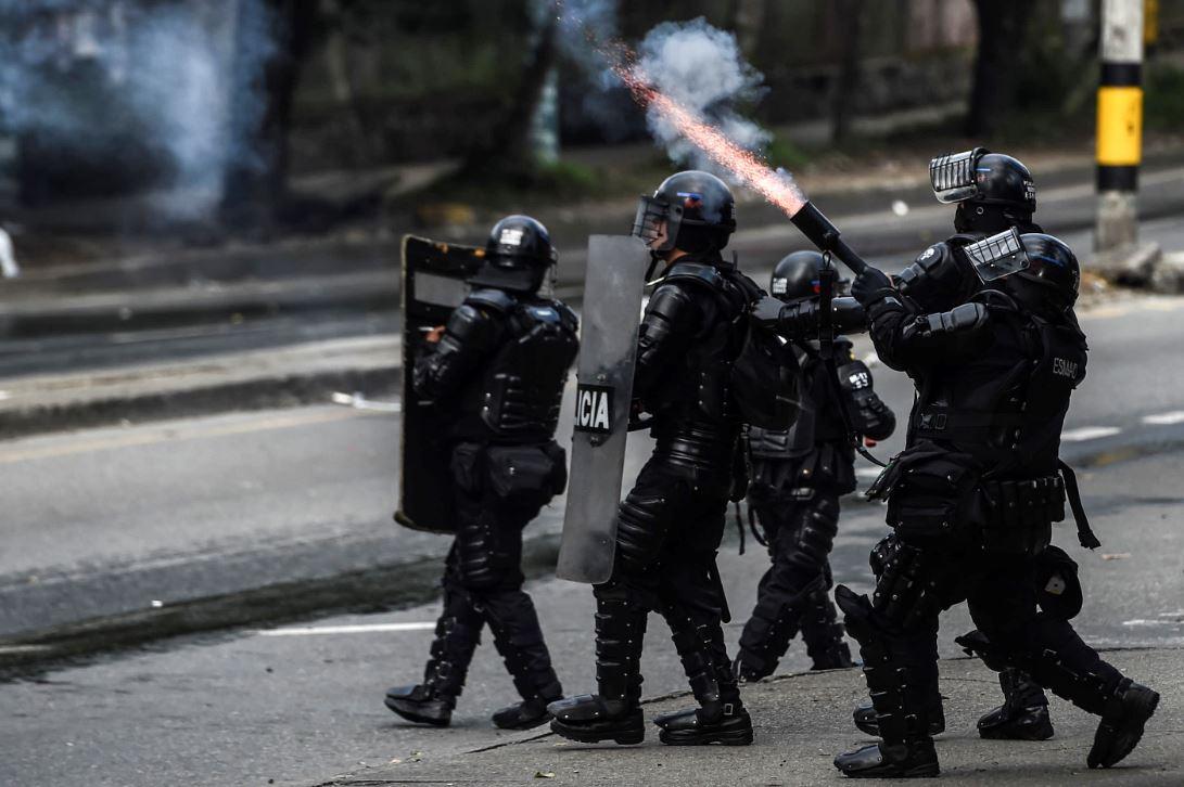 Suspenden uso de gases lacrimógenos durante protestas en pandemia | RCN  Radio