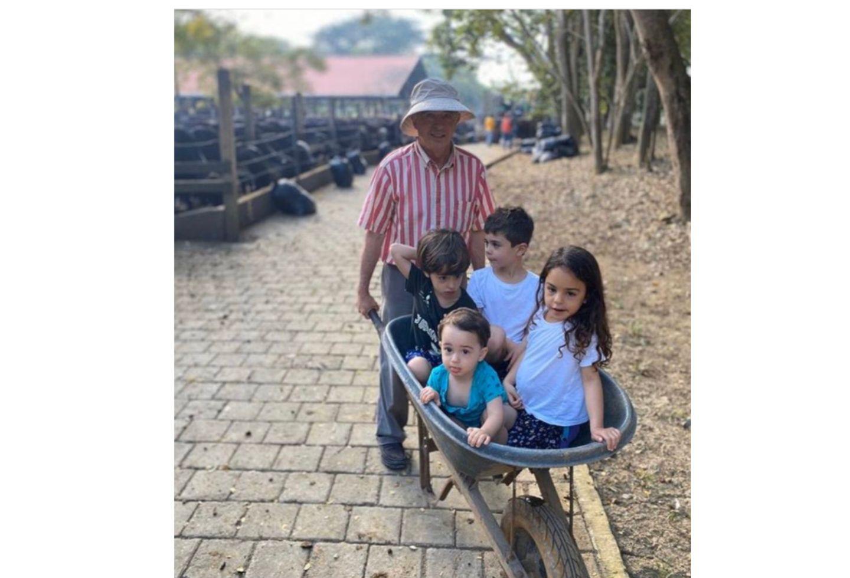 Álvaro Uribe Vélez con sus nietos
