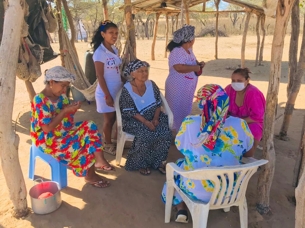 La abuela comparte el sueño con los miembros de su comunidad