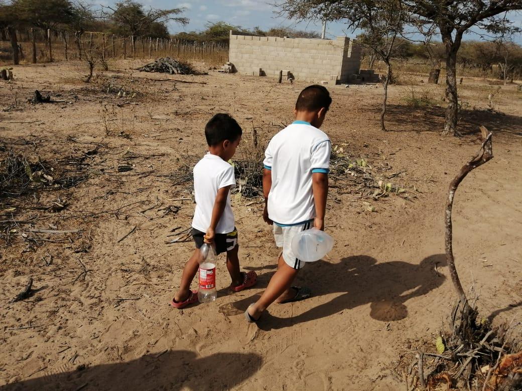 Niños buscando agua en rancherías