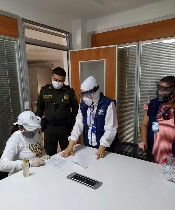 La ex gobernadora buscó acompañamiento de la Defensoría del Pueblo para su entrega