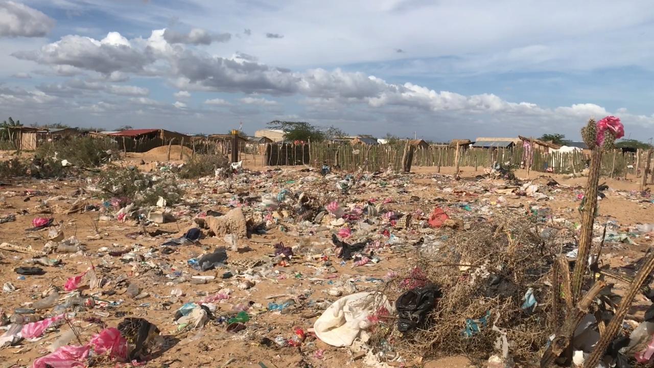 Niños en la Alta Guajira deben buscar comida entre la basura.