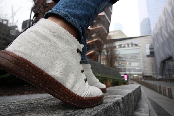 Zapatos hechos con material reciclable.