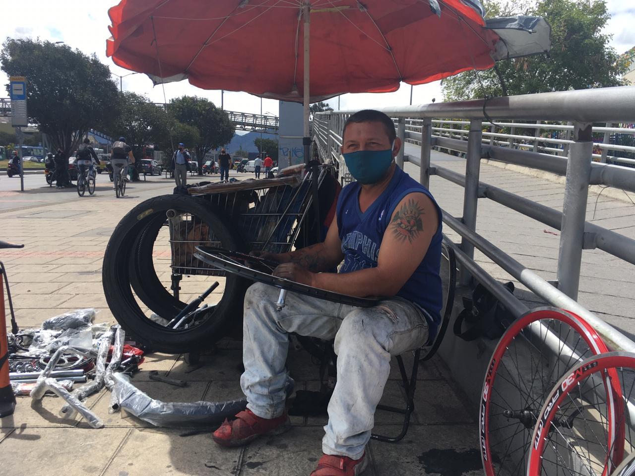 Frank Urdaneta tiene un taller de arreglo de bicicletas en las calles.