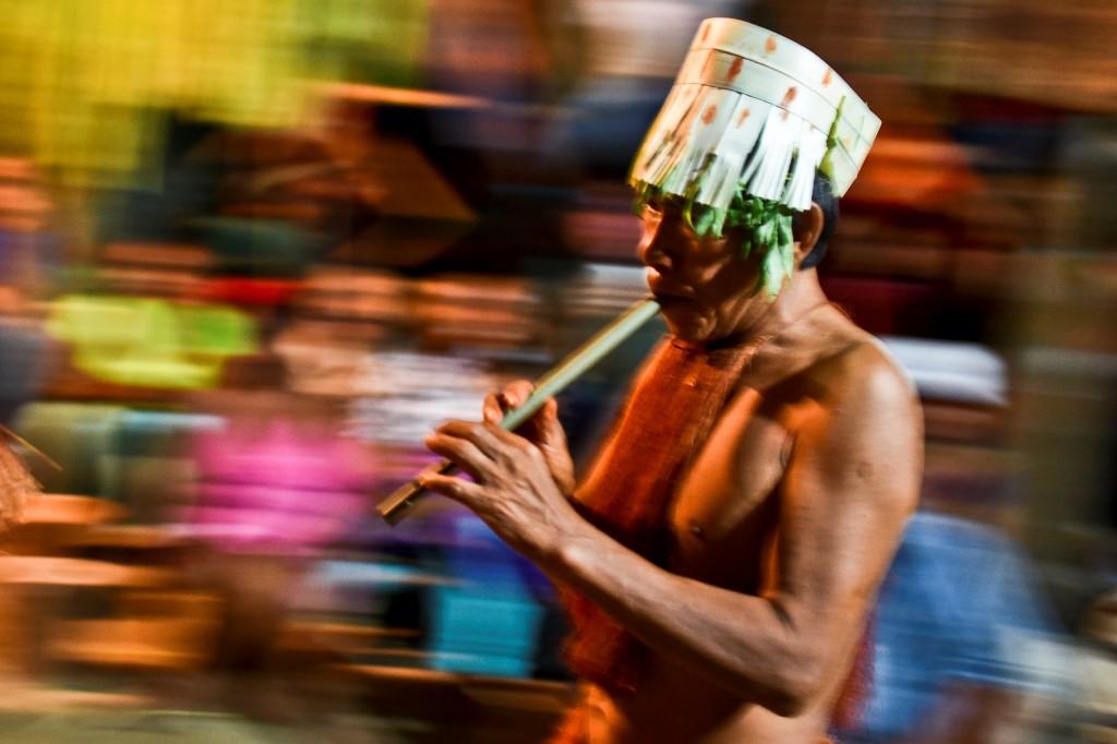 """Un indígena colombiano de la etnia Yagua participa en el ritual """"Nia"""", en Amazonas."""