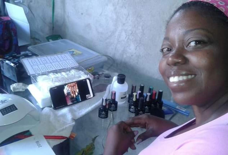 Manicure - mujer enseña técnicas