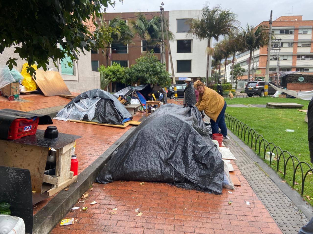 Campesinos desplazados viviendo en una calle de Bogotá.