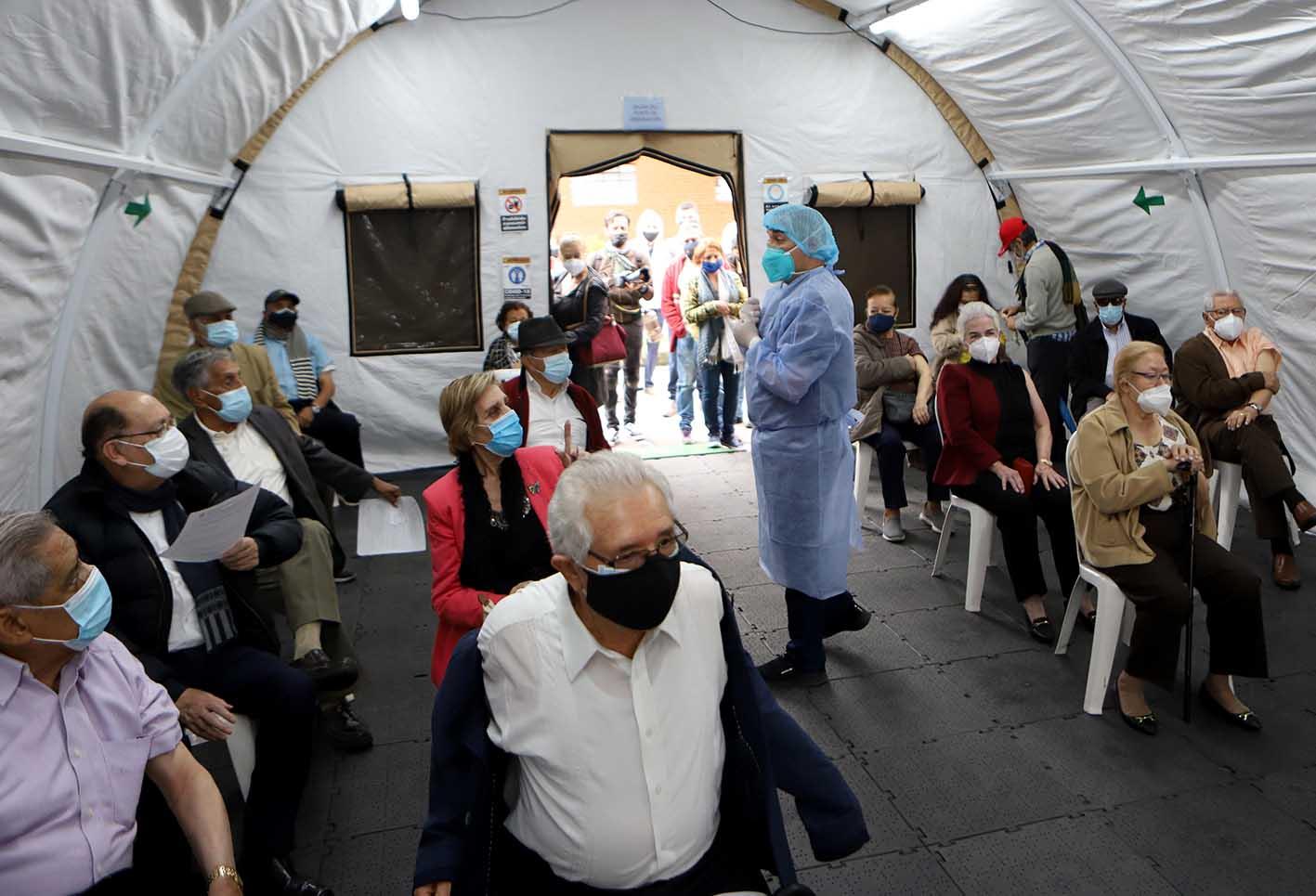 Vacunación sin bajarse del carro: así se está implementando em Bogotá