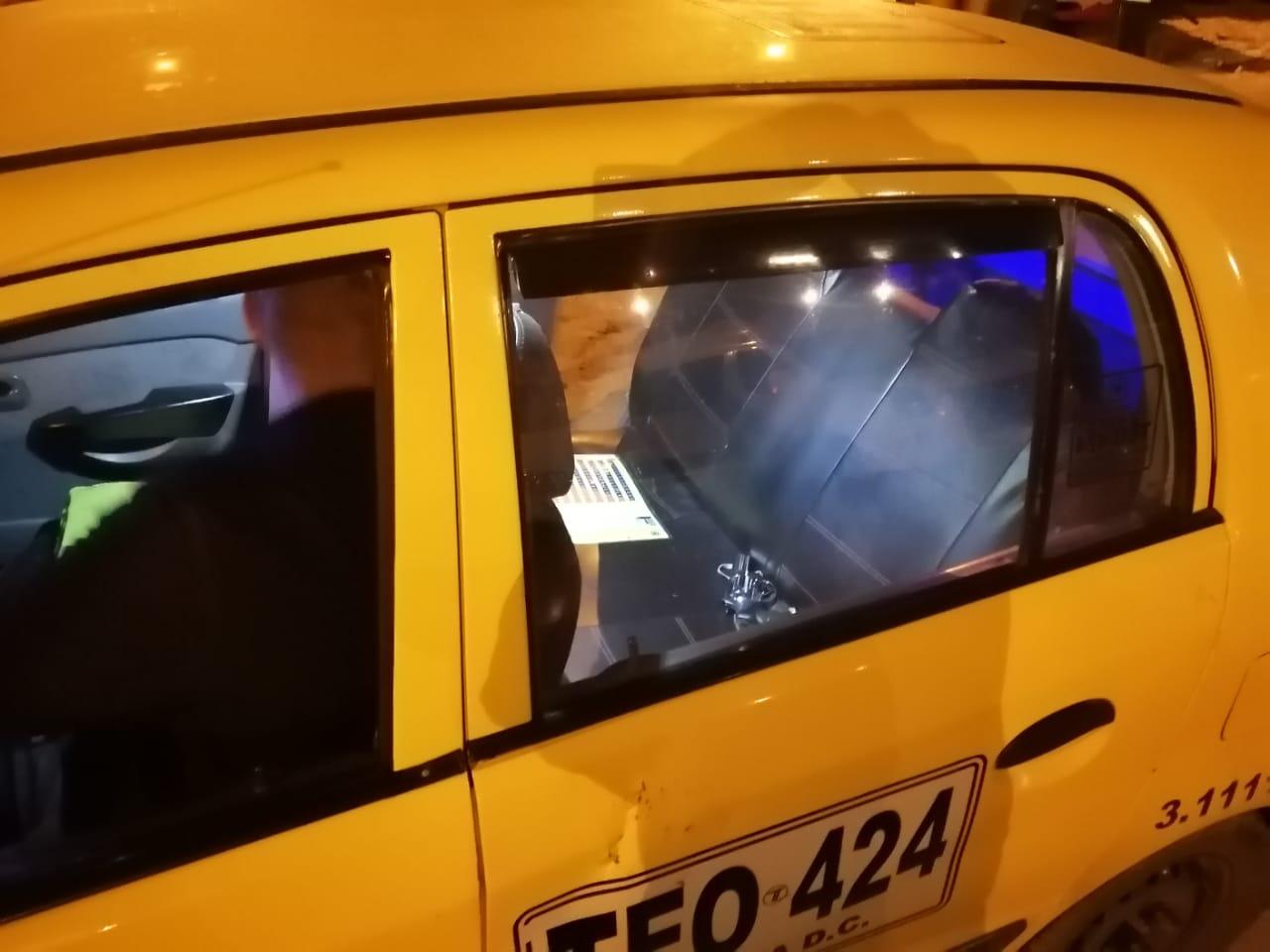 Taxi en el que se movilizaban los delincuentes. Un arma de fuego quedó en el interior del vehículo.