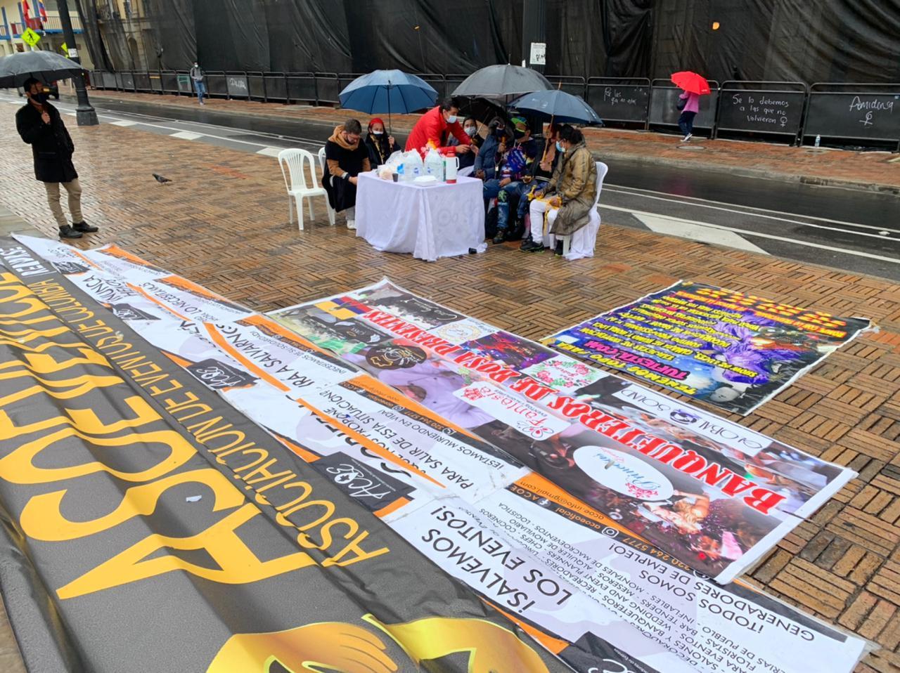 Artistas callejeros encadenados en Bogotá, debido a la pandemia