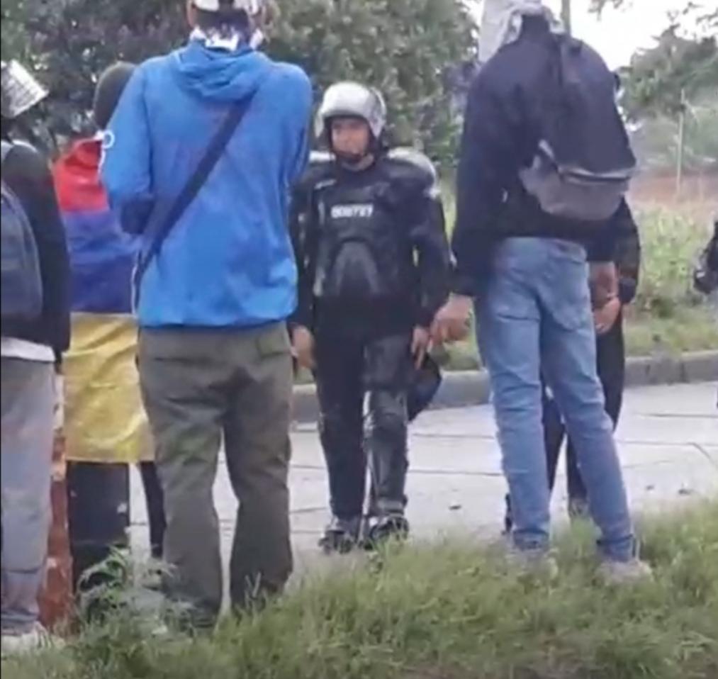 El alcalde Jhon Jairo Santamaría, denunció que pudo ver cinco personas fuera de su vivienda y que le han arrojado piedras.