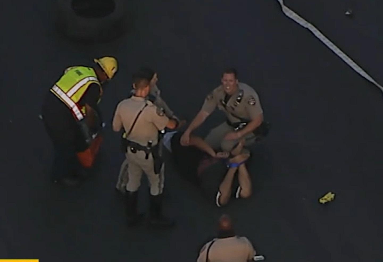 Hombre se estrella contra camión