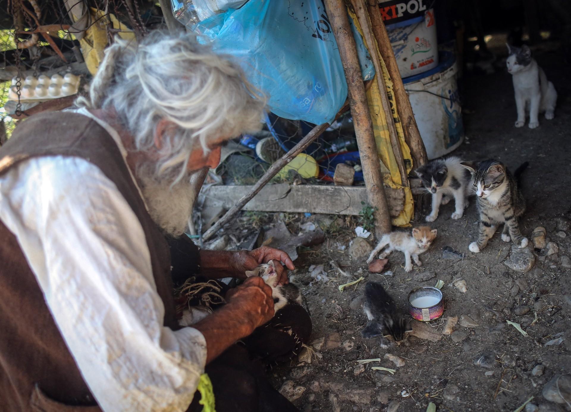 Panta Petrovic, hombre que salió de una cueva a vacunarse