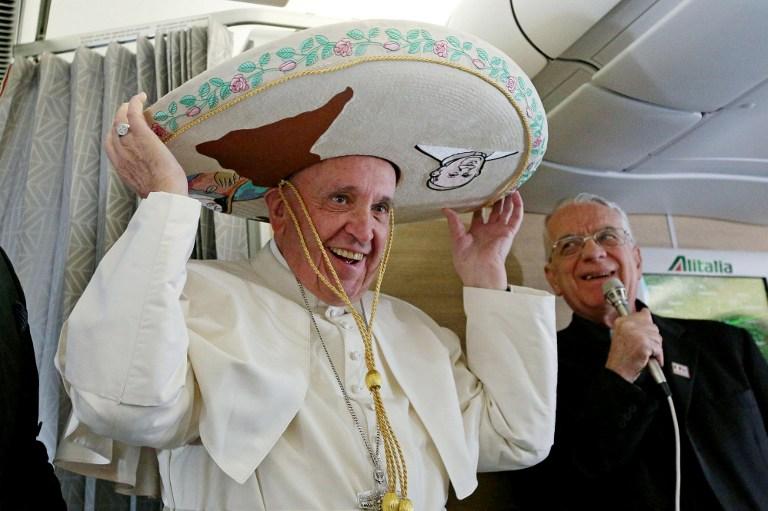El papa Francisco recibió un sombrero mexicano en el vuelo que lo llevará al  país americano   Foto AFP 20d50cb1757