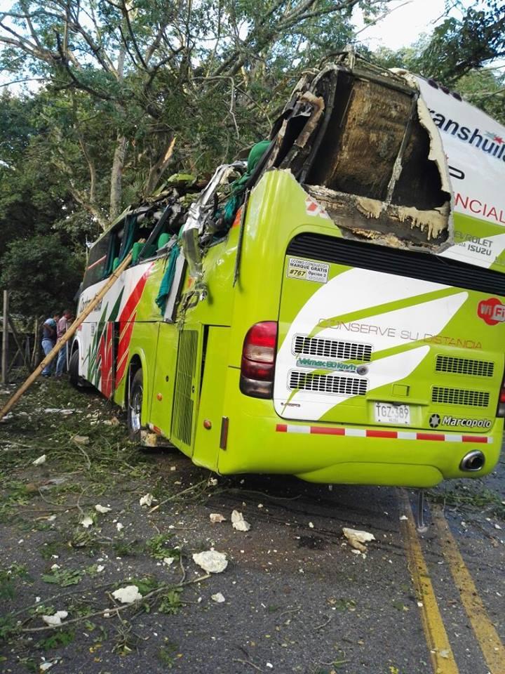 Dos muertos y varios heridos, dejó bus accidentado en la