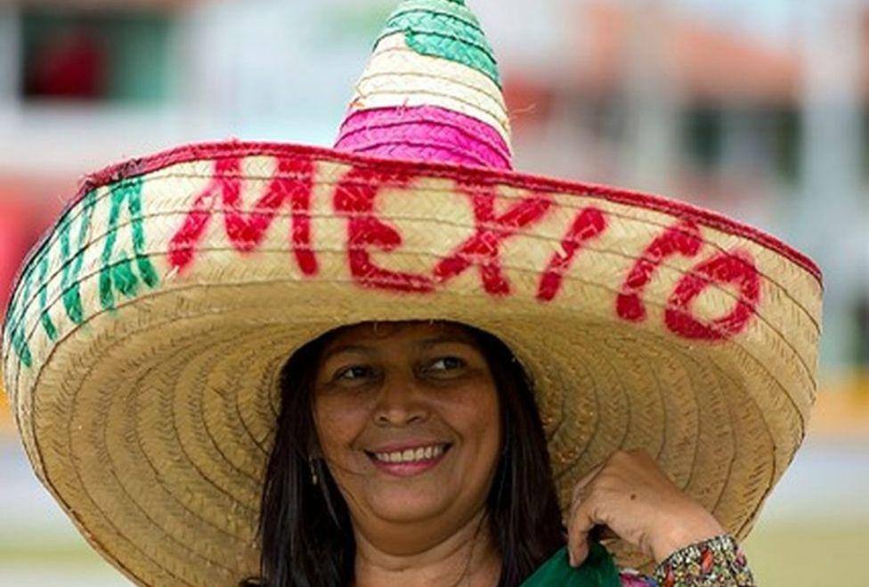 59ef0f27965d7 El clásico sombrero con la leyenda ¡Viva México! es portado por una  fanática a las afueras del estadio Castelao   Foto AFP