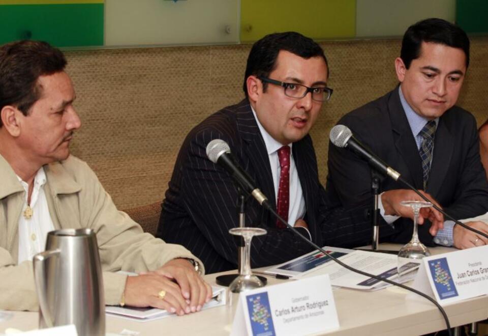 En el centro, Juan Carlos Granados, excontralor de Bogotá.