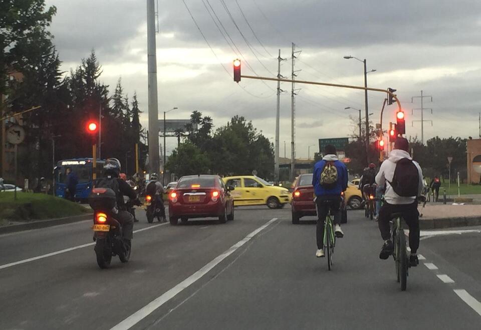 Ciclistas comparten vías con conductores, en Bogotá.