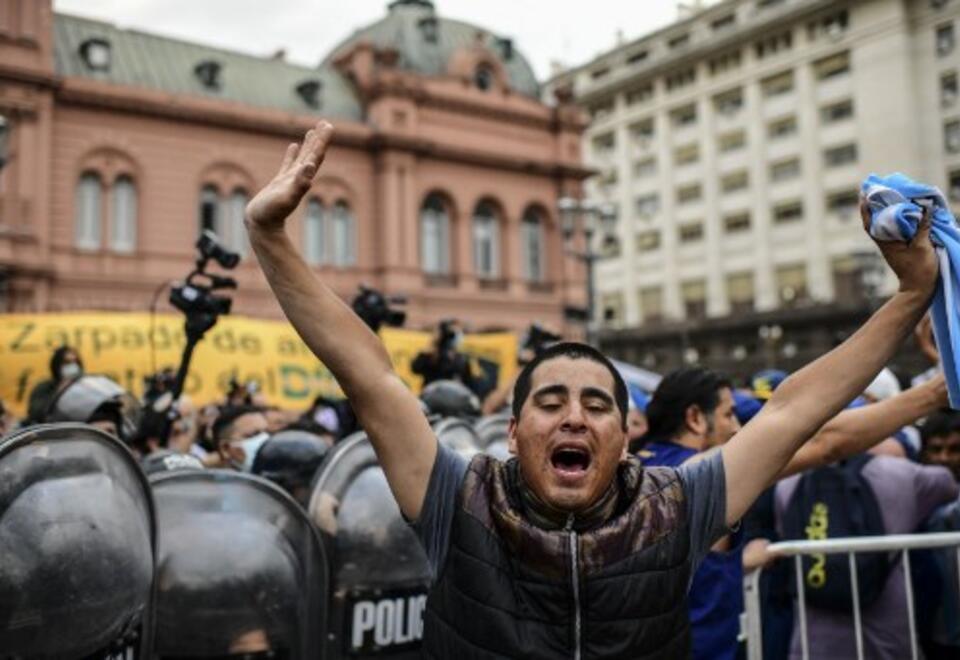 Enfrentamientos en la Plaza de Mayo entre la Policía y seguidores de Maradona
