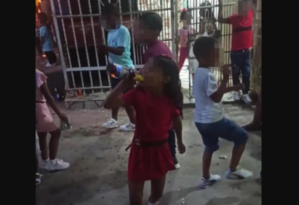 Menores consumen alcohol en vía pública en Cartagena