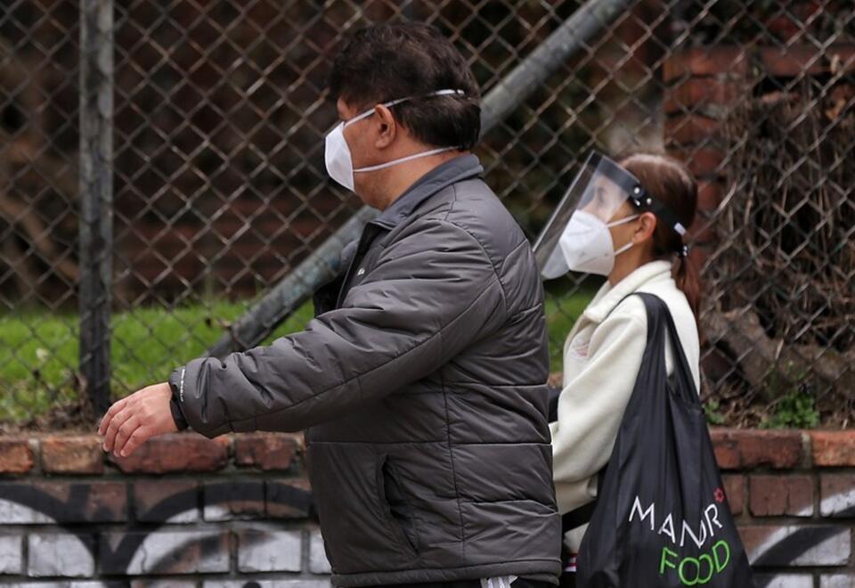 Personas usan tapabocas en medio de pandemia en Colombia