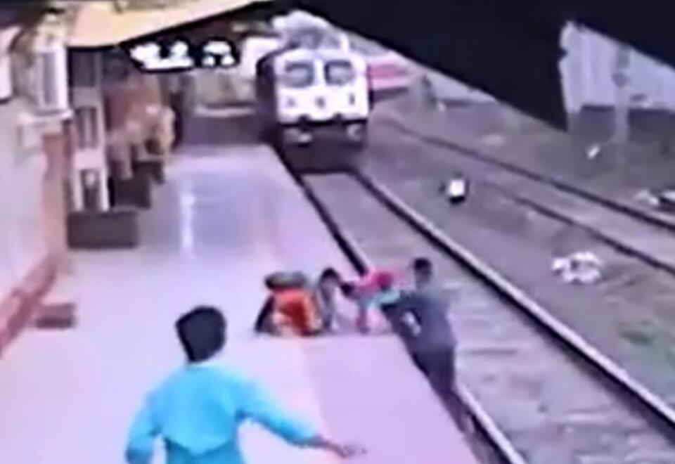 niño salvado vías de tren