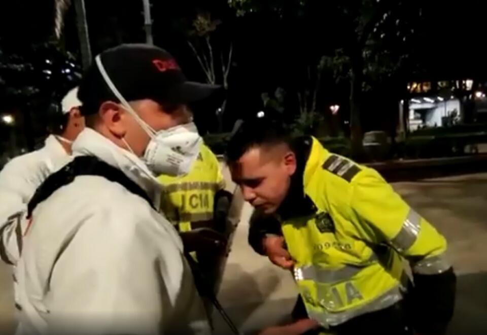 Rocían acido a policía