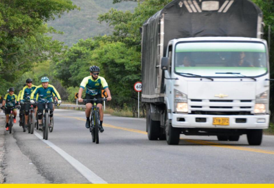 Ciclista y camiones