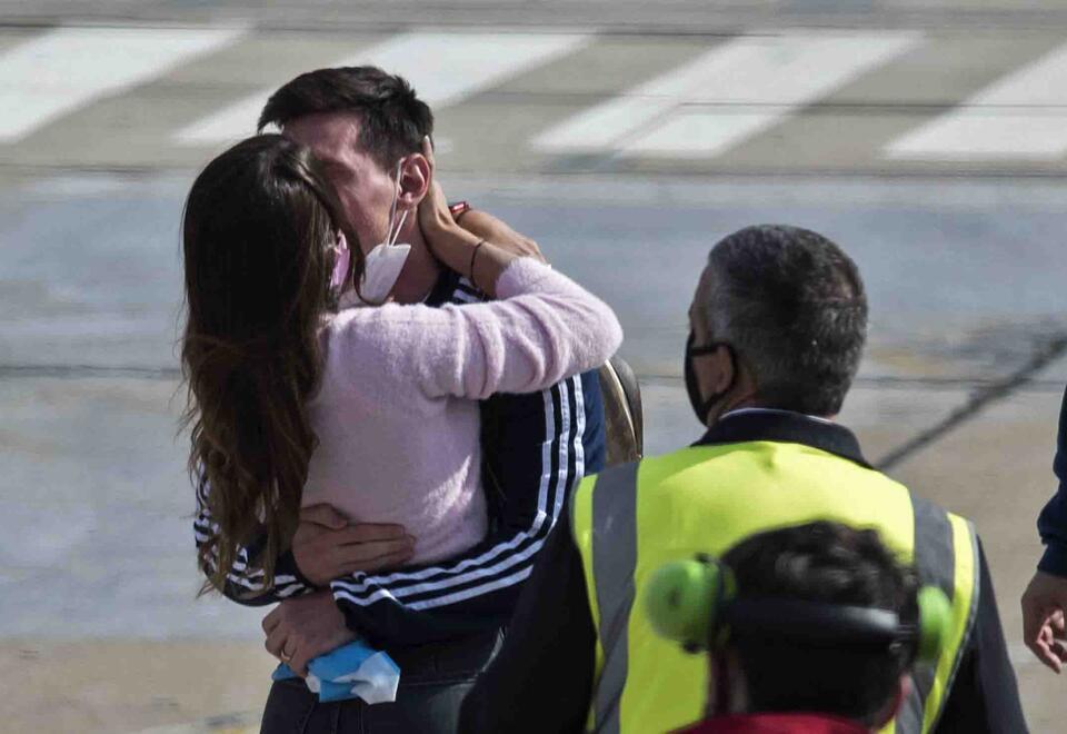 Lionel Messi y el abrazo con Antonella Roccuzzo tras hacer historia