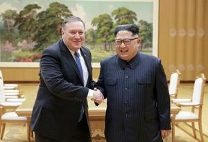 Mike Pompeo junto a Kim Jong-un.