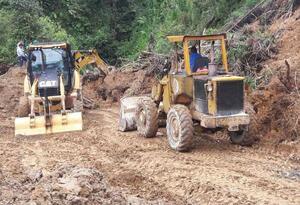 Vía bloqueada por deslizamiento de tierra.