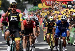 Fernando Gaviria y André Greipel cruzando la meta en la octava etapa del Tour de Francia