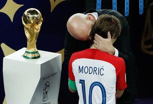 Luka Modric, consolado por Gianni Infantino, presidente de la FIFA