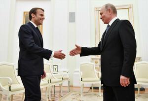 Presidentes Emmanuel Macron y Vladímir Putin