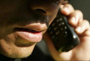 Un hombre haciendo una llamada