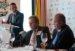 En la mesa: Ramón Jesurún, presidente de la FCF (izd) y Jorge Enrique Vélez, presidente de la Dimayor (der)
