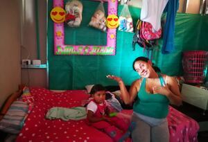 Excombatiente de las Farc con su pequeña hija