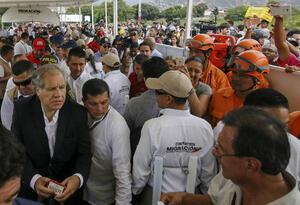 Luis Almagro durante su visita a la frontera de Colombia con Venezuela.