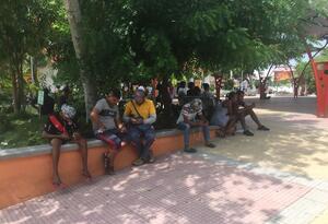 Cientos de venezolanos retornados y no retornados se encuentran en la Plaza de Sabanalarga, Atlántico en busca de oportunidades laborales.