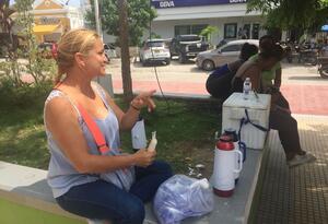Profesionales recurren a trabajos informales para poder enviar dinero a sus familiares en Venezuela.