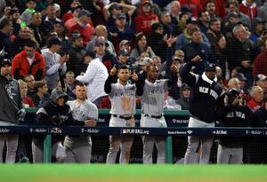 El banco de los New York Yankees celebra un sencillo de Aaron Judge # 99 (no se muestra) en la séptima entrada