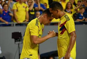 James Rodríguez celebra con Carlos Bacca su gol ante Estados Unidos