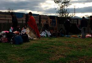 Venezolanos montan campamento improvisado
