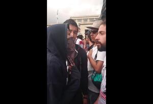 Así fue el enfrentamiento entre varios estudiantes y una encapuchada