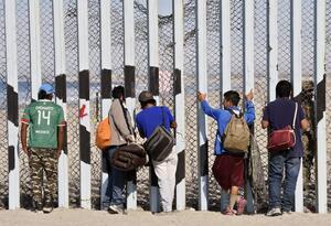 Migrantes centroamericanos muro Estados Unidos