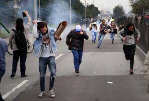 Varios estudiantes escapan de las bombas de aturdimiento del ESMAD