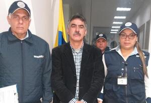 Carlos Manuel Pino García con autoridades de Migración Colombia