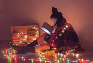 Una mujer pasa tiempo sola en Navidad en su apartamento